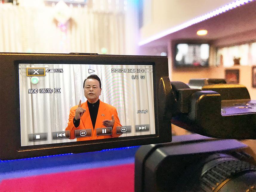 シンガープロが歌唱姿をビデオ撮影