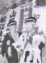 寮歌を熱唱するヒルさん(右)=93年7月11日、長野県松本市の寮歌祭で/遺族撮影